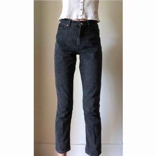 """Säljer mina svarta jeans från Monki i modell """"kimomo high relaxed"""". Storlek 26. Använda endast några få gånger. Nypris 400 kr. Säljer pga fel storlek för mig. Jag är 175 cm lång och byxorna är ankellånga på mig."""