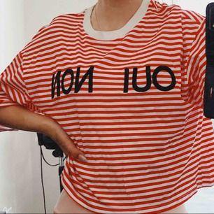 """Randig röd & vit längre magtröja med """"oui non"""" på, vilket betyder """"ja, nej"""" på franska. Swish finns , möts även upp i Helsingborg/Landskrona."""