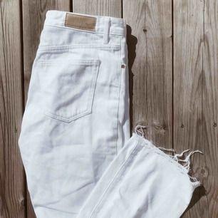 INKLUSIVE FRAKT!  Mom jeans, vita från bikbok. Passar perfekt till hösten med en stickad tröja😍