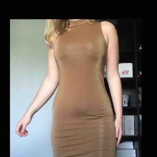 Guld klänning med hög krage, helt ny med lapp kvar