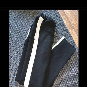 Jätte snygga kostymbyxor med lite tjockare material med en vit rand på sidorna