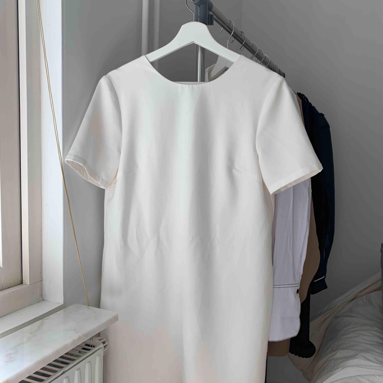 Vit t-shirtklänning från Nelly. Använd en gång. Klänningar.