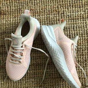 Sprillans nya Nike rival skor, helt oanvända säljes pga råkat köpa fel strl. Nypris 799kr.