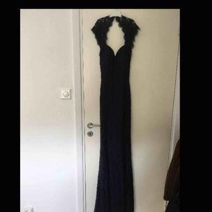 Superfin mörk marinblå balklänning med spets och öppen rygg. Från NLY Trend. Nypris ca 500-600 kr. Använd en gång!