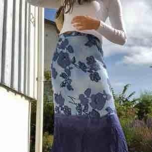 Längre kjol som passar en 38 eller M, lite stor på mig men annars i mycket bra skick, frakt 54kr