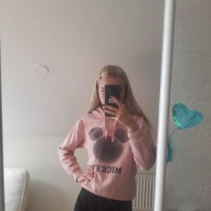 Söt äkta hoodie från Disney med luva i rosa med Musse Pigg på framsidan, använd men fortfarande i fint skick.