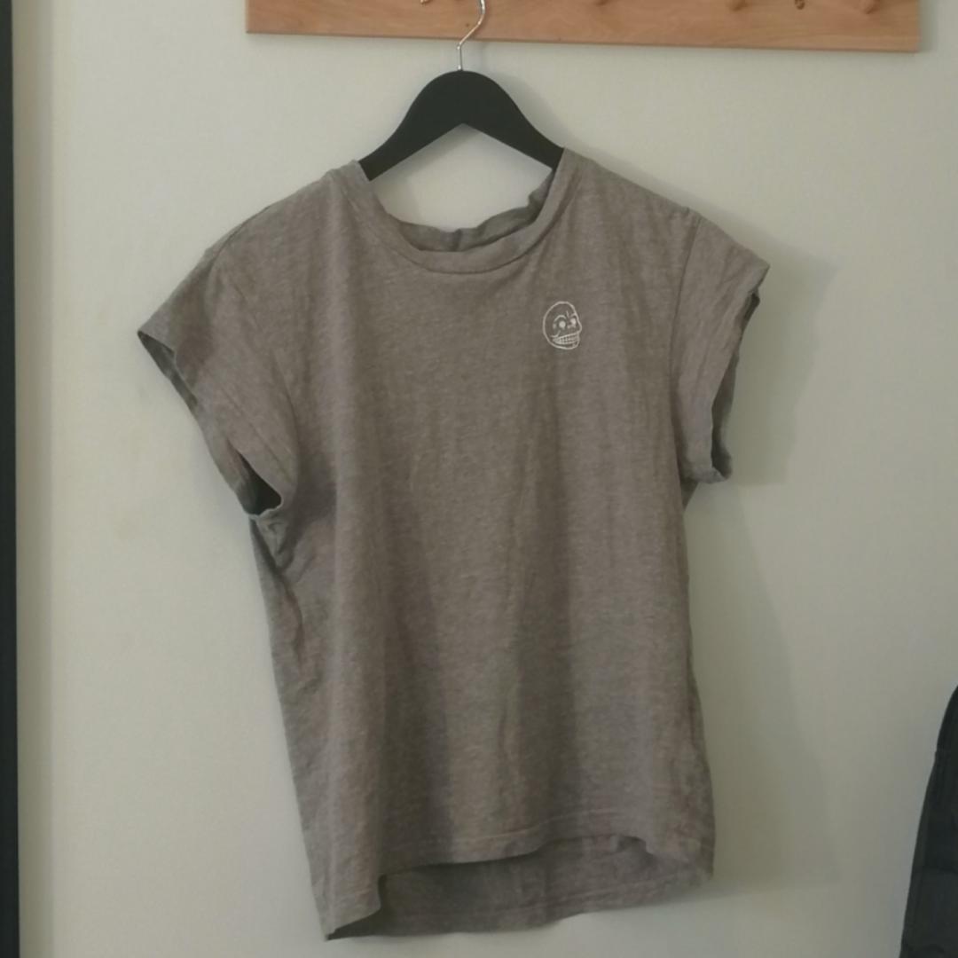 Fin Cheap Monday tischa som går att matcha till allt💞 köparen betalar för frakt💌. T-shirts.