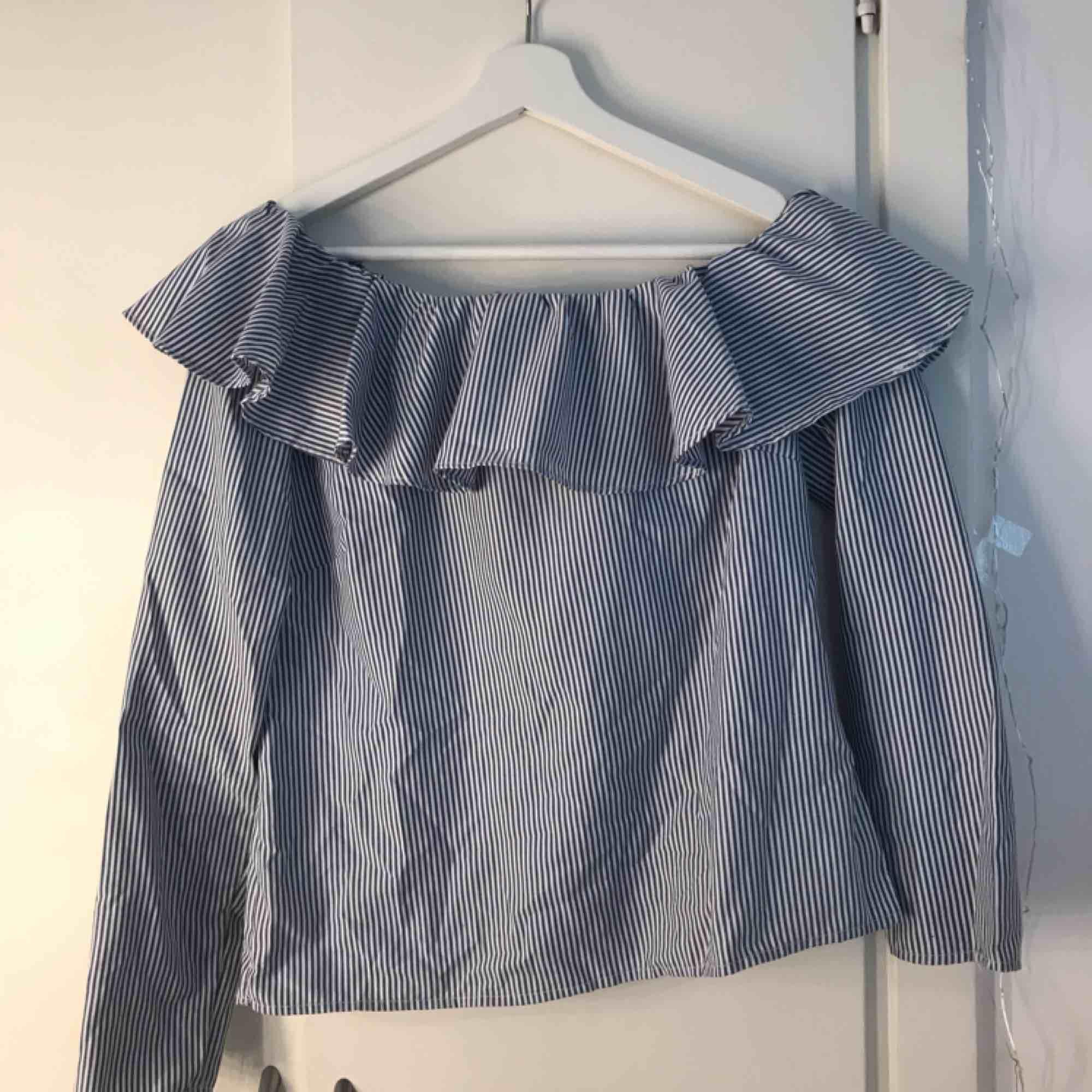 En super söt blå randig offshoulder tröja från Cubus!💓. Tröjor & Koftor.