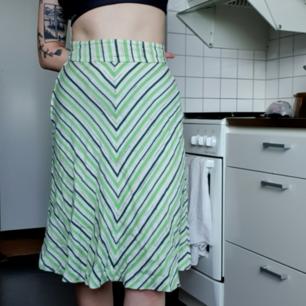 Grön/vit vintage midikjol med hög midja och fint flow. Jag är 160cm. 63kr frakt eller möts upp i Sthlm🌻