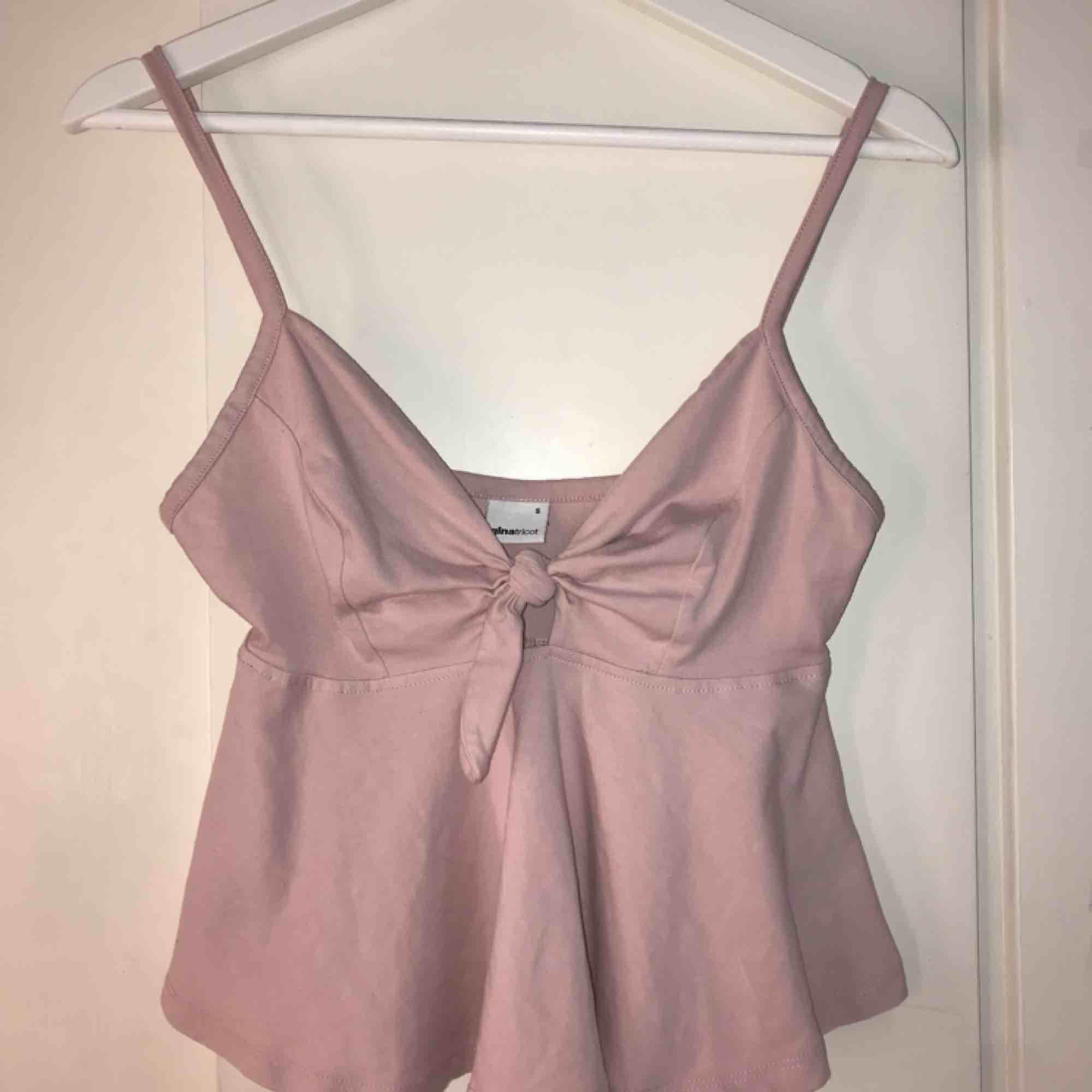 Gulligt rosa linne med knytning från ginatricot🎀. Toppar.