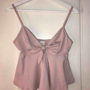 Gulligt rosa linne med knytning från ginatricot🎀
