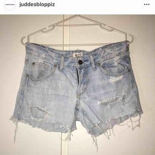 jeansshorts med slitningar!