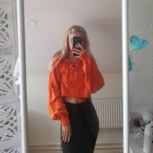 Skitsnygg hoodie från H&M divided i orange med knytning fram, använd men fortfarande i fint skick. Frakt tillkommer vid köp 🖤