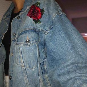 Jeansjacka med tryck. Frakt tillkommer 💜