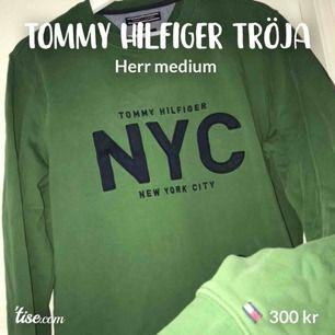 """Grön tröja från Tommy hilfiger med marinblå text. Storlek medium. Herr, funkar lika bra för dam dock! 300kr + frakt (max 72kr). Modellen heter """"Andrew crew neck sweatshirt 380 fairway green"""". Nypris=cirka 1100kr."""