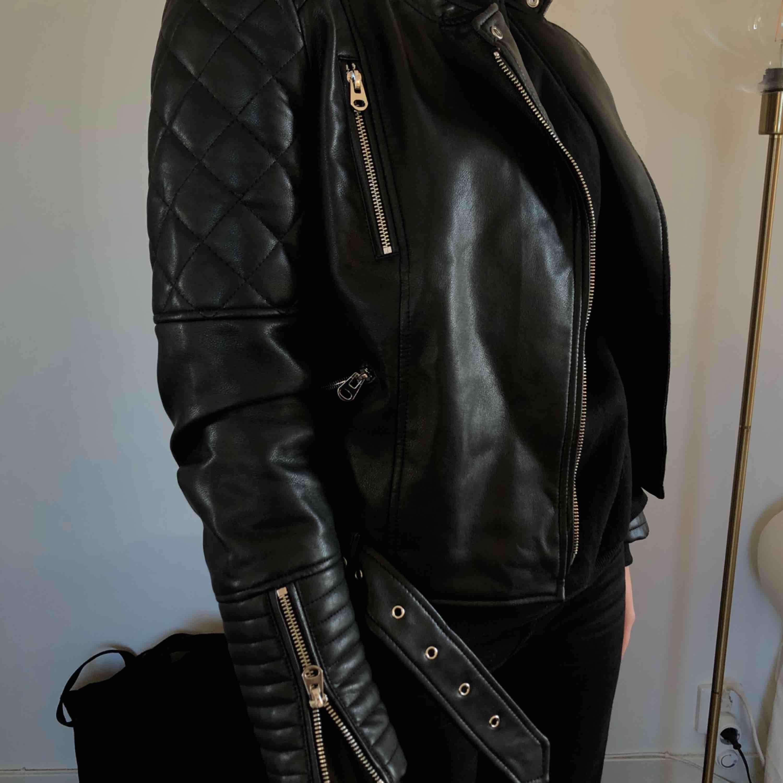 Läderjacka från Zara strl S! Frakt tillkommer 🖤. Jackor.