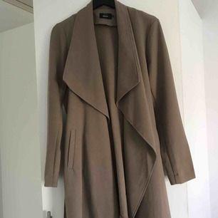 Väldigt fin kappa från Vero Moda, köpt för ca 500kr. Färgen är beige brun typ:) priset går att diskutera och frakten står du för😊