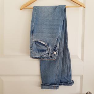 Bil bok jeans som tyvärr inte används då de är fel i storlek. Skulle säga att de är som både mom jeans och boyfriend. Köparen står för frakt💙