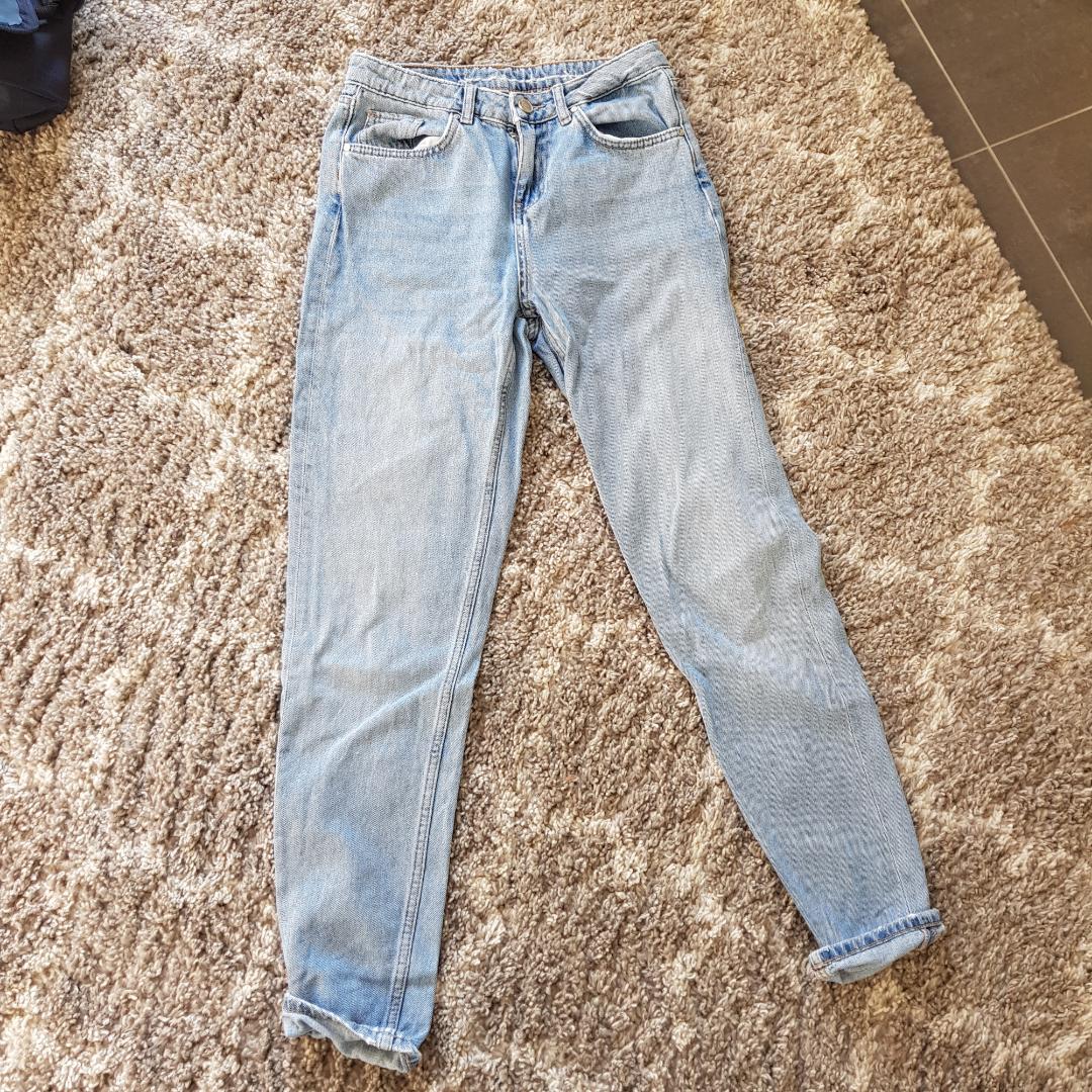 Bil bok jeans som tyvärr inte används då de är fel i storlek. Skulle säga att de är som både mom jeans och boyfriend. Köparen står för frakt💙. Jeans & Byxor.