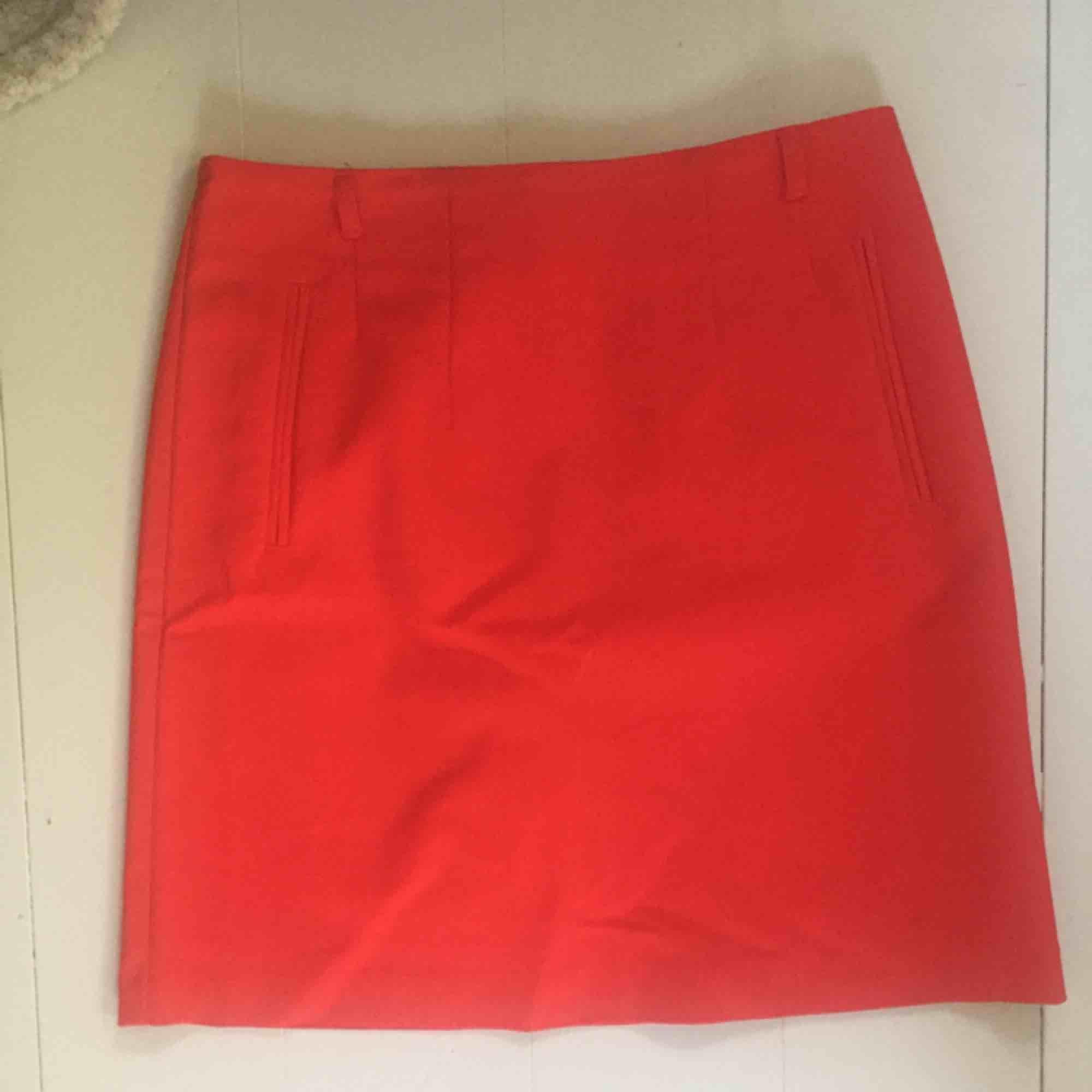 Röd kjol i nyskick, tillkommer ett rött smalt skärp till om jag kan hitta det! . Kjolar.