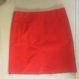 Röd kjol i nyskick, tillkommer ett rött smalt skärp till om jag kan hitta det!