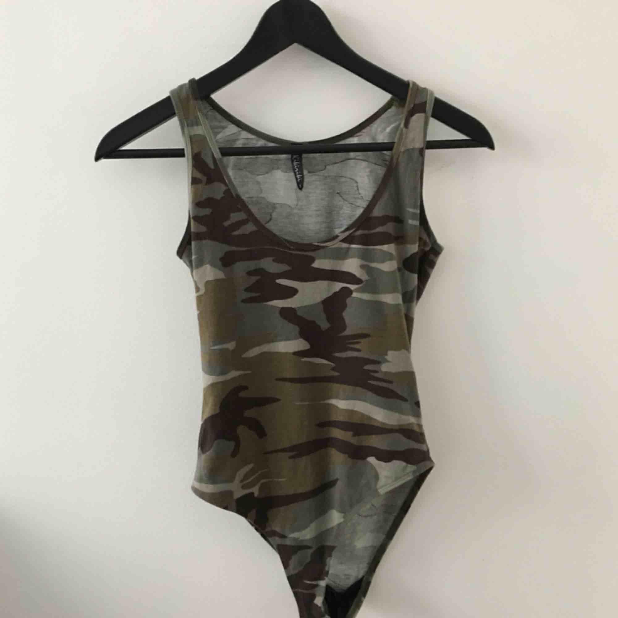 Militär body, super snygg till shorts, beige byxor eller att ha under tröjor man kan se igenom:). Toppar.