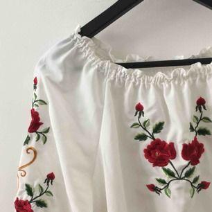 Aldirg använd tröja, tyvärr för stor på mig. Ska sitta offshoulder alltså på axlarna:)