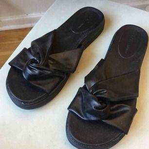 Snygga sandaler som aldrig har använts. Kan mötas i Stockholm eller skicka då köpare betalar för frakt