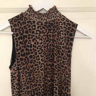 Superfint leopard linne från nakd i storlek S. Aldrig använd och lappar kvar