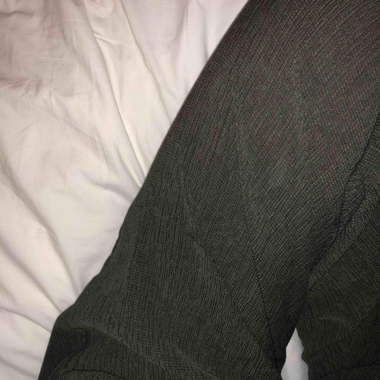 Använda 1 gång!! Byxor från weekday från denna säsongen i mörk grön/grå aktig färg. Jeans & Byxor.