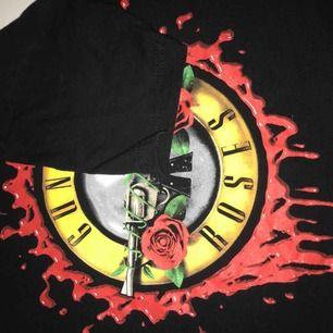 Asball Guns and roses tröja från deras tour i Europa 2018. Säljer pga den är för liten:(. Frakt tillkommer på antingen 18-35 kronor inte helt säker än. 🖤