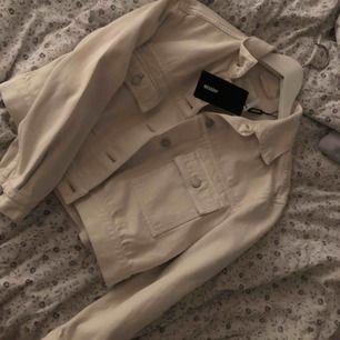 Vit/creamevit jeansjacka från weekday. Aldrig använt och prislappen kvar! Frakt + 80 kr.