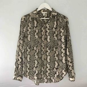 Skjorta med snakeprint. Fin att använda uppknäppt med topp under också!  Köptes i maj, använd 2 gånger sedan dess. Nypris: 250kr