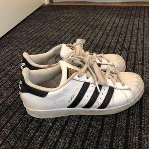 Säljer nu mina använda adidas skor! Storlek 37. Använda och lite slitna men fortfarande väldigt snygga☺️ köpta för 1000 kr Frakt tillkommer!