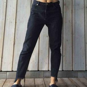 Svarta loose jeans med fransdetaljer vid anklarna. Ett år gamla, aningen slitna men väldigt sköna & gamla favoriter! Nypris: 500kr