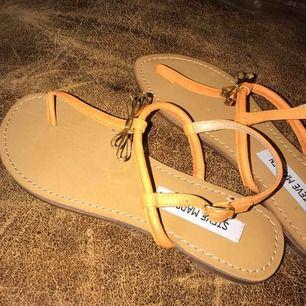 Steve Madden sandaler i toppbra skick!!🖤✨ Postar gärna men möts också upp i Malmö :)