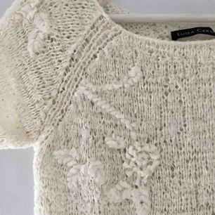 Jättefin virkad tröja från Luisa Cerano. Lätt genomskinlig med fina virkade rosor/detaljer. I ett bra skick!