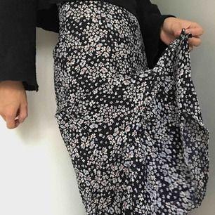 Mörkblå kjol med blommigt mönster. Köpt förra sommaren. I mycket gott skick fortfarande! Nypris: 400