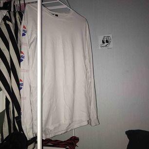 sweet sktbs tröja, från junkyard vet tyvärr inte hur mycket den kostade, den har krympt lite i tvätten så tycker själv den passar som en Small