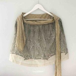 Jättesöt mönstrad kjol med skärpband i midjan. Går precis ovanför knäna och i fint skick. Kommer strykas innan frakt/köp!