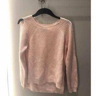 Mysig stickad ljusrosa tröja från primark. Har endast använt denna 1 gång. Unik design med öppna armar. Strl 36/ uk 8, 50 kr.