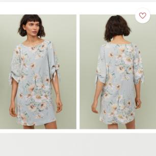 Blommig klänning med knytband på ärmarna. Storlek 36. Endast använd vid ett tillfälle. Frakt tillkommer. Från djur och rökfritt hem 🌸
