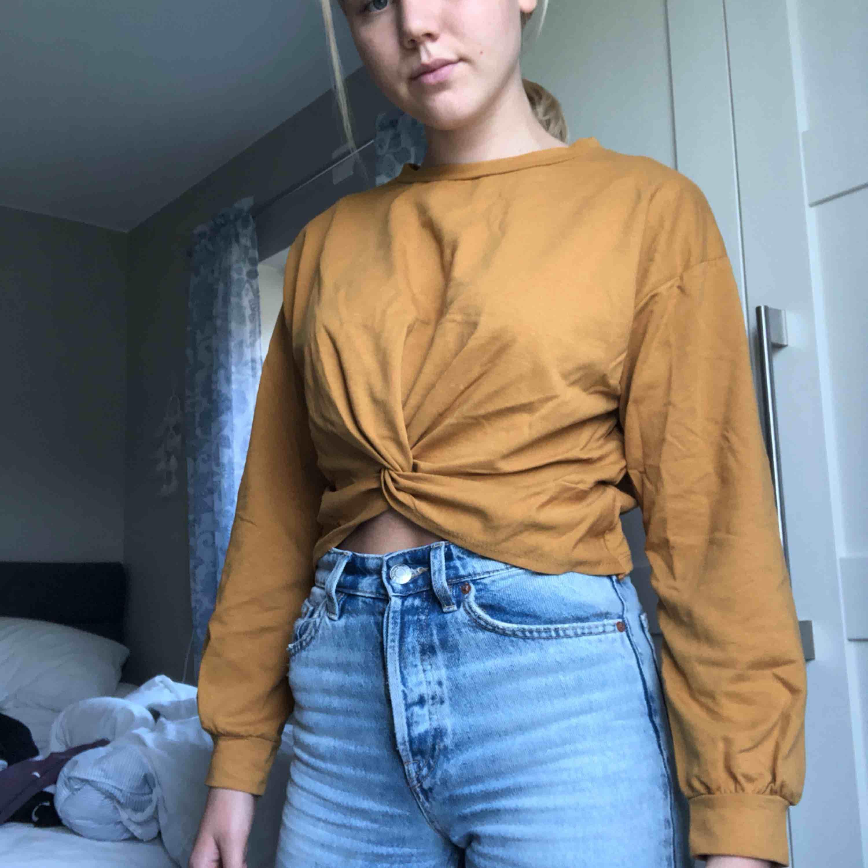 """En jättefin typ senapsgul tröja med """"knyte"""" där fram. Den är ganska tunn och skön. Jag har aldrig använt den och jag fick den av min mormor så jag vet inte vart den kommer ifrån eller vad den kostade så jag säljer den väldigt billigt. Tröjor & Koftor."""