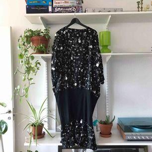 Oversize maxi klänning med ett stretchigt band nära höfterna samt ner till benen. Köpt second hand! Pga oversize så tror jag den kan passa 36-40, (jag har 36).