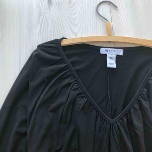 Klänning i storlek XS, använd två gånger. Frakt endast 30 kr!