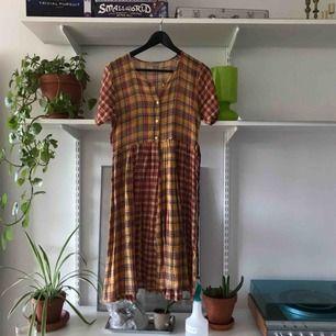Gullig klänning köpt second hand, tyvärr har det blivit ett litet hål på ena sidan (syns på bild). Kan enkelt repareras om en pallar!