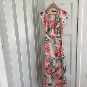 Jättefin och somrig klänning från bik bok i storlek XS men passar till mig som är 173 och vanligtvis har storlek M/36! Köptes förra sommaren men är endast använd ett fåtal gånger och är som i nyskick.