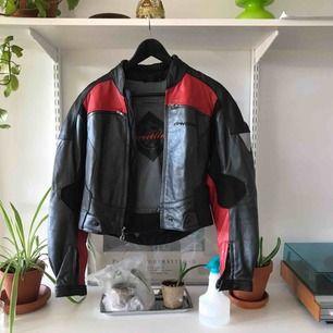 MC-jacka med skyddsdelar som går att ta bort så att jackan inte är lika stel! Köpt vintage i Berlin, tyvärr använder jag den aldrig nuförtiden. Gjord av skinn!
