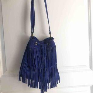 Cool väska i blå mocka. Köpt i Barcelona för drygt 3 år sedan. Kan frakta/mötas upp i Stockholm.