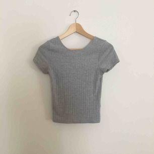 grå ribbad tröja från bikbok, säljer pga för liten. Frakt tillkommer